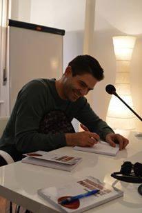Čedomir Pušica potpisuje knjigu